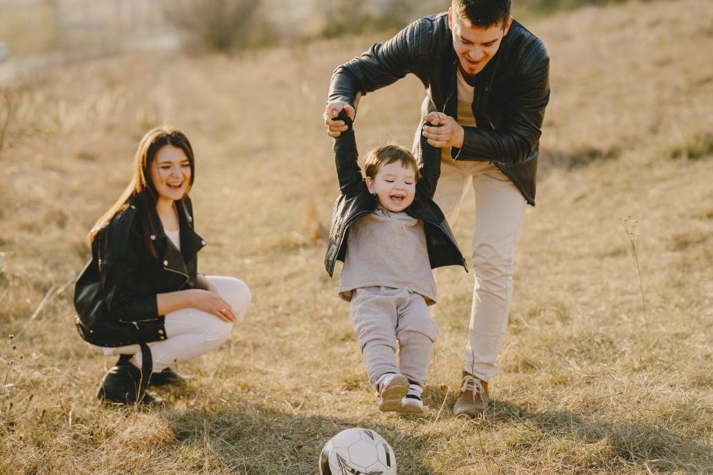 šťastná rodina| otec s dieťaťom| šťastná rodina